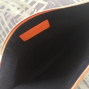 Fin taske med lille skjold bagpå, se billed😊