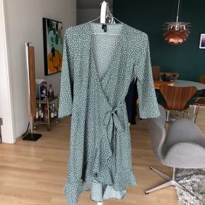 Grøn kjole med hvide prikker og bindebånd