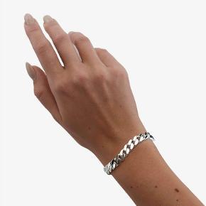 Sælger dette smukke Camille Brinch armbånd, da jeg ikke går med sølv smykker længere. Det er blevet brugt, men ikke slidt. Skriv for billeder af mit eget:)