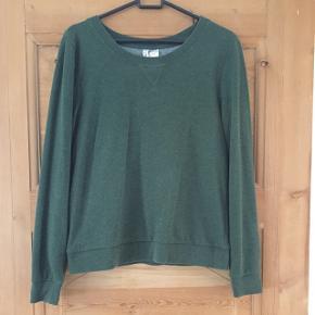 Fin grøn bluse fra Divided H&M str s. Ser fnullert ud, men sådan var den også ved køb.