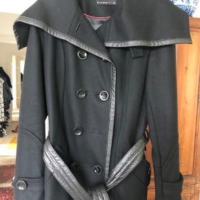 Jakke  55 % uld. Kanter og bælte er i læder. Længde til over bagdel. Jeg har ikke brugt den.