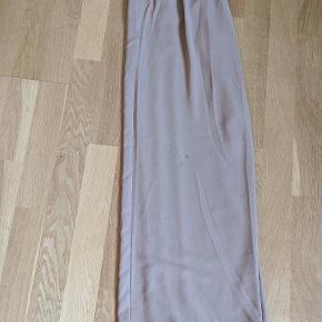 Lysebrune højtaljede løse bukser  De har fået en lille plet, derfor pris. Ved ikke om pletten kan komme af