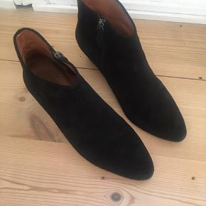 Kyra boot i sort ruskind. Brugt få gange, købt i forkert størrelse. Sælges eller byttes til 41 i samme model.