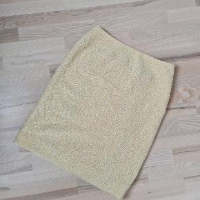 Sælges midlertidigt til 1200 (ellers 2000) Chanel boucle tweed nederdel. Uld og bomuldsblanding med 100% silkefor. Fr. 44, passer str 40. Lynes i siden.