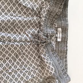 Hvide bukser med grønt mønster