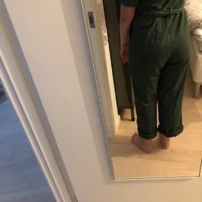 Sælger mørkegrøn buksedragt fra Monki. Den har lynlås, knapper og bindebånd foran. Den er i cowboy stof  #Secondchancesummer
