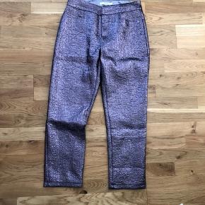 Smukke bukser i metallic lilla str.40.