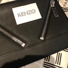 Fremstår som ny !!- flot og rå sort læder-clutch med stål hardware,  Højde: 22 cm - bredde 30 cm dybde 1 cm