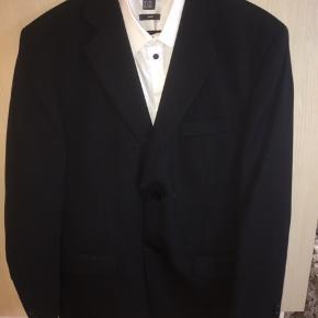 Sort jakkesæt uden skjorte fra Jack's. Brugt meget få gange.  Str.48 Skal afhentes i Vejen