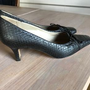 Fantastsk flotte Peter Kaiser sko i str 3,5. Peter Kaiser sko er generelt lidt store i størrelsen. Velsiddende og en medium høj hæl. Mat sorte i præget krokoskind. Fine til en aften i teatertur eller en middag i byen. Er købt på  TS, men desværre lidt for store til mig.