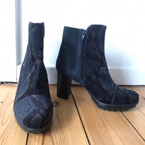 Støvler i blå ruskind og velour med print på. De lukkes med lynlås. Jeg har haft dem på 1 gang og har aldrig siden gået med dem. De fremstår som nye, der er ingen slid. ☺️ Kan sendes eller afhentes i KBH. ☺️