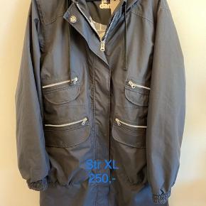 Så fin jakke. Billedet snyder lidt, den er sort og ikke så grå som den ser ud.