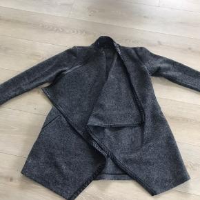 Lækker fleece jakke med overslag til efteråret eller en kølig aften. Aldrig brugt.
