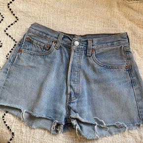 Levi's denim Shorts, købt herinde men desværre for små. I rigtig god stand. Waist 29 Length 30  #vintage #denimshorts #højtaljet