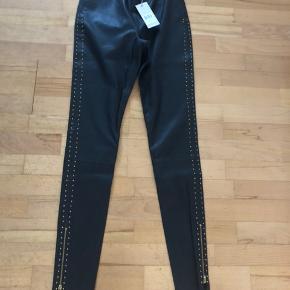 Nypris 3200kr Læder leggings  Købt på tilbud for 1900kr Aldrig brugt Str.m Super fede