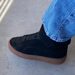 Sælger disse mega fede ruskinds Puma sneakers med højt skaft og Velcro. De er brugt få gange, og inden tegn på slid.