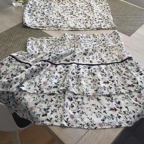Kun vasket aldrig brugt Elastik i nederdel bluse med lidt vingærme effekt Nederdel str L 45 cm Bluse str. M 65 cm