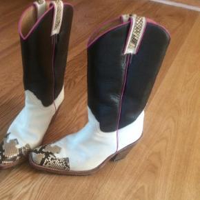 Varetype: Cowboystøvler Farve: Sort Hvid  Cowboystøvler fra Sancho.  Fede støvler NY PRIS:-)