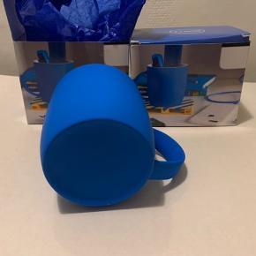 Krus 'neon blue' fra UO. Højde ca 9 cm og dia ca 8,5 cm. Ny pris 125 og sælges for under halv pris. Hvis 2 stk ala 105 plus porto Hvis flere 50 pr stk plus porto. SE evt www.root7.com Har en 4-6 ubrugte i æsker