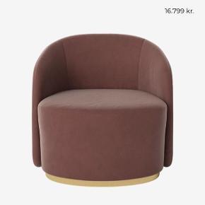 Flotteste Cara loungestol i smuk rosa velour fra Bolia. Nypris: 17.799kr Har 2 til salg.  BYD - afhentning hurtigst muligt!   Cara serien Cara er designet af en af verdens førende designere, tyske Joa Herrenknecht. Lænestolens ikoniske design kombinerer sirligt elegance og håndværk, hvilket resulterer i en minimalistisk lænestol med et legende formsprog og smukke detaljer.  Cara er lavet af koldskum, der giver en formfast siddekomfort og rygstøtte, mens den karakteristiske messingsokkel tilfører lige præcis dét snert af luksus, som stolen fortjener. Lænestolens dreje-funktion giver ydermere et behageligt element. Cara er ikke blot en komfortabel og funktionel lænestol, men også et ikonisk design med skulpturelle linjer.   Organiske former   Skulpturelt design   Dreje-funktion   Specifikationer:   Dybde 76 cm  Siddedybde 52 cm  Bredde 83 cm  Ryghøjde 79 cm  Siddehøjde 48 cm  Stof Ritz - Velour Farve Light Rosa