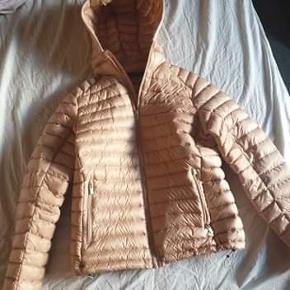 Flot vatteret jakke i rosa i str. M fra Peak Perfomance. Kun prøvet på. Limited edition, er udgået.  Sælges for 1100,- Nypris 2500,-  Kvittering haves.  Sendes på købers regning.