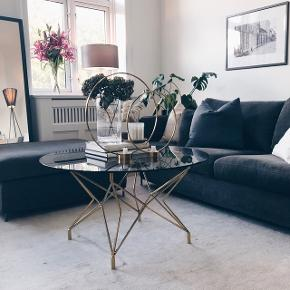 Sælger mit flotte sofabord, da jeg skal have det i en anden størrelse. Det er købt i maj, så kun brugt i et par måneder. Det er røgfarvet glas og understel i metal. Det måler 90cm i diameter og 48cm i højde, og kommer i to dele. Er i meget god stand. Nypris er 2500kr. Kan afhentes i indre by