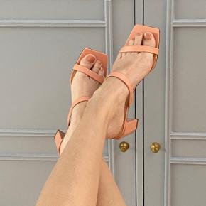 Super fine sandaler m. lille hæl. Kan desværre ikke passe dem.  Aldrig brugt. Skriv gerne hvis du har spørgsmål eller bud 😊