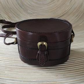 Oval skind æske taske. Intet i den bliver krøllet eller klemt 😊  Mål: H 10,5 B 15,5 D 10,5   Kig forbi mine annoncer 😊 Altid mængderabat