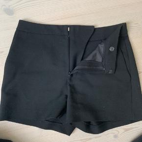 Sælger de her mega fede habit shorts fra Ganni da jeg aldrig rigtig har fået dem brugt. De er 2 år gamle og har bare ligger i mit skab. Np: 800kr Mp: 200kr