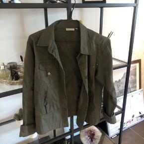Mega fed jakke, har brugt den som en oversize. Sælger den, da jeg ike får den brugt mere