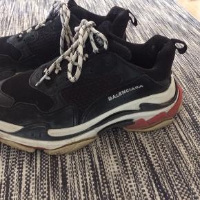 Sælger disse lækre sko, de er i god stand. Boks, dustbag og ekstra snørebånd medfølger. Der er dog en slitage på indersiden  ved den ene hæl, kom med et bud :)