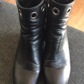 Lækker sort støvle med sølv hæl og sølv ringe 👍hæl højde 5 cm👍fra det italienske  mærke Minelli👍er brugt 3 gange meget pæn stand
