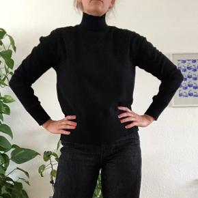 Flot bluse med høj hals fra Designers Remix. Lynlås i nakken  Str. 38 - true to size   Handles via trendsales og sendes med dao på købers regning