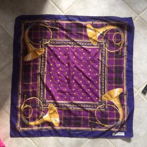 Super nice firkantet tørklæde, købt genbrugt:)