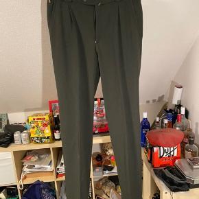 Meyer jakkesætsbukser. Der er ikke noget størrelsesmærke på, men kan passe alt imellem 34-38 Ca 34-36 længde