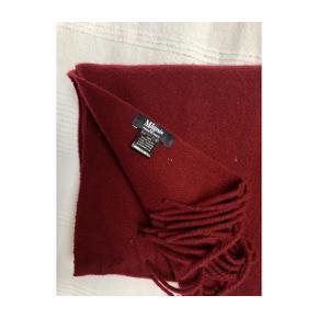 SIDSTE CHANCE: Varen afleveres til genbrug næste uge.    Magasin du Nord Collection Wool Scarf, str. onesize. Smukt og blødt tørklæde i 100% uld fra Magasins egen kollektion. Brugt få gange!   Længde: 162 cm Bredde: 37 cm  (Ved køb af begge tørklæder kan der gives rabat)  Nypris: 400 kr.  Priserne er vejledende, så realistiske bud er velkomme!   Kan afhentes i enten Aarhus eller Horsens efter aftale eller sendes med DAO til ønsket adresse.