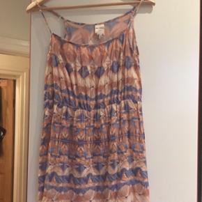 Kjole fra Monki str s Prisen er fast, men ved køb af 4 annoncer er den billigste gratis. Ingen røg. Kan kun afhentes på min adresse på Mimersgade - ydre Nørrebro eller sendes med gls eller post nord