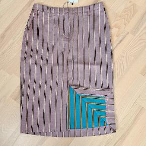 Ubrugt pencilskirt fra Birgitte Herskind med slids foran.  Tjek gerne resten af min shop ud, med design, couture, vintage, nyt og brugt.