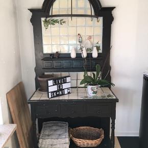 """Skænk/anrettermøbel. Fantastisk smukt gammelt møbel med patina. Med skuffer og """"grydekroge""""."""
