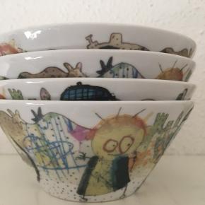 Fire flotte skåle fra Poul Pava sælges samlet for 100 kr.  Højde 6 cm og diameter 14 cm. De har stået til pynt i et vitrineskab, og fremstår derfor i perfekt stand.  Se også mine andre spændende annoncer.   Tags:  Skål Skåle Poul Pava