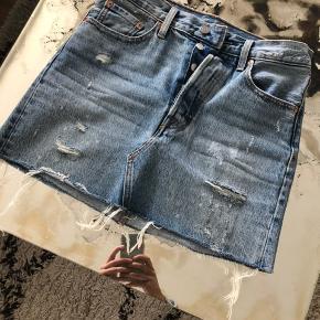 Sælger denne fine Levi's nederdel. Fremstår i rigtig pæn stand, da den ikke er brugt særlig mange gange. Nederdelen er str. 25 - men svarer til en S / 36, som jeg normalt er ✨ Jeg bytter IKKE 🙂 prisen er INKL. fragt