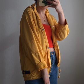 Vintage gul jakke med broderi foran og bagpå. Den er købt i en vintagebutik i Bruxelles, og jeg har været rigtig glad for den. Den sidder godt og lidt oversized på en størrelse S (se billederne). Indeni er den stribet.