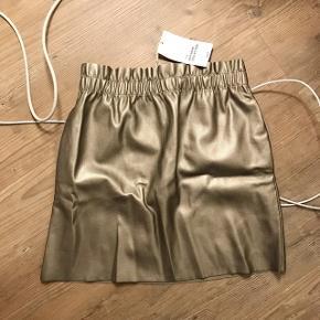Nederdel i imiteret læder. Aldrig brugt
