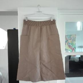 Sælger denne smukke smukke og lækre bløde skindnederdel fra Day.. Nederdelen går ca til midt på underbenet, så fin på!! Nederdel er sådan lysebrun i farven.. Nederdelen er str 36 men en str 38 vil også kunne passe den😀 Købpris 2999,- Sælger for 500,-