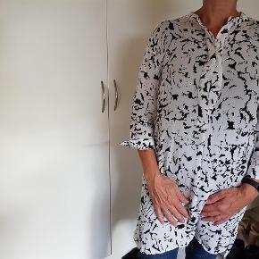 Varetype: Storskjorte Farve: Hvid/sort Oprindelig købspris: 800 kr.  100 % viskose