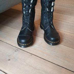 Så flotte Dr. Martens støvler foret, desværre købt i forkert str.  Str 36. men lidt store i str så synes de passes bedre af en 37.  Indvendigt mål 23 cm.  Kun været prøvet på indørs. Model  AIMILITA 9 EYE TOE CAP BOOT.  Ingen bytte  Fast pris. + evt fragt