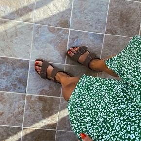 @RETROLIVV  🙅🏼♀️ Jeg bytter ikke.  ❌ Ingen bud. Mine priser er faste. 🌈 Afhentning i 8000, Aarhus. 📱 MobilePay haves. 📦 Forsendelse med DAO. 🛍 Køber betaler porto samt TS-gebyr ved TS-handel.  ________________________________ Jacqueline De Young / JDY kjole, passes af S.   Minder om det populære grønne Ganni print. Tænker også, at JDY prøvede at efterligne det.. 😉😁 Det er også en virkelig fin kjole!  ~ 150 kr. ________________________________ ⭐️⭐️⭐️ OBS ⭐️⭐️⭐️  Min gamle TS profil gik tabt, da Tradono og TS slog sig sammen, så jeg er startet helt fra bunden og altså på en frisk - uden nogen som helst vurderinger, så bær over med mig det første stykke tid.. Håber på at handle med en masse dejlige mennesker igen ☺️  Se gerne mine andre salgsannoncer med Stine Goya, Ganni, Resume, Stine A, Monki, By Malene Birger, Envii, ZARA, Custommade, Ralph Lauren, Mads Nørgaard, H&M, VILA, ASOS, New Balance, Nike, Neo Noir