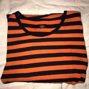 Stor sort og orange Mads Nørgaard-bluse. Lækker kvalitet. Ingen slidspor. Byd! 😍