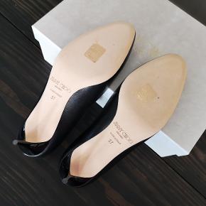 Klassiske sorte Jimmy Choo kitten heels i str 37. Jeg har aldrig brugt dem og de er i perfekt stand. Hælen er 5 cm.