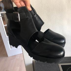 Flotte sandaler med hæl,  Aldrig brugt - stadig med prismærke på o bunden  100% læder  Nypris 899,00 DKK Se også mine andre annoncer ☀️